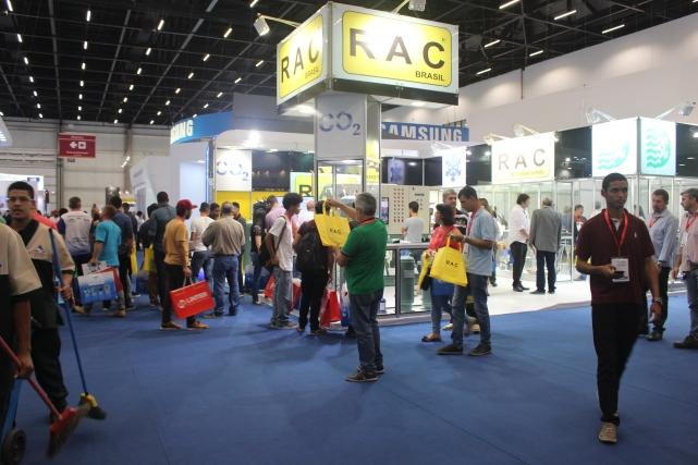 Vista de la esquina y visitantes con los ecobags amarillos RAC